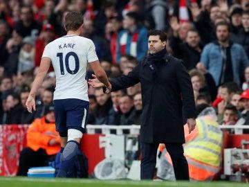 Pochettino felicita a Kane durante un partido