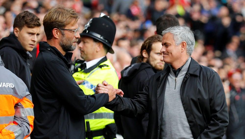 Klopp y Mourinho se saludan tras un partido