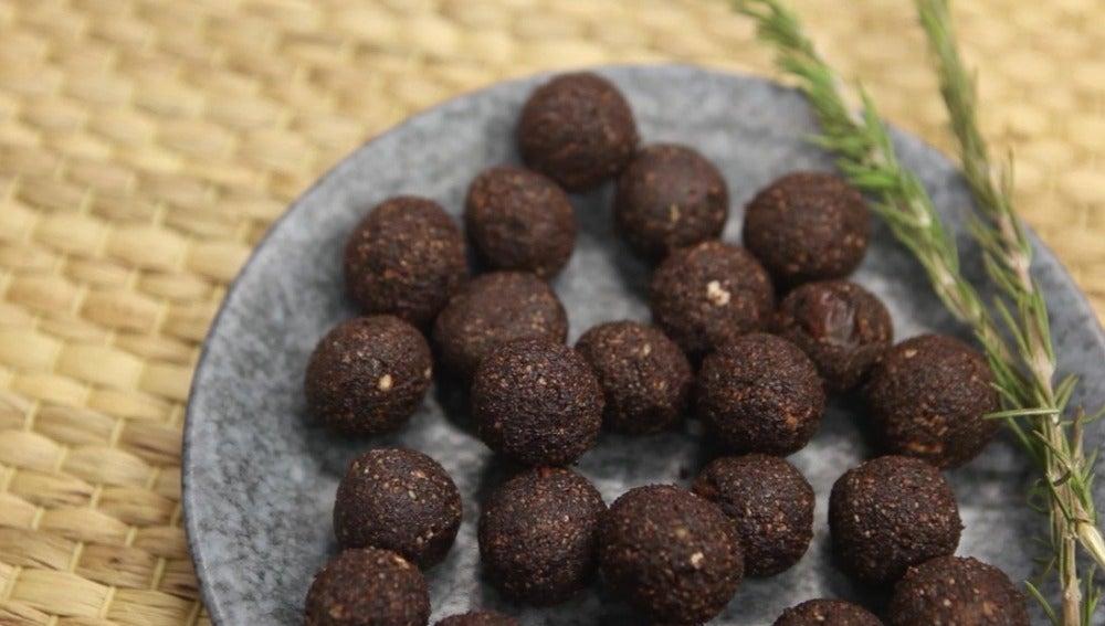 Raw bites de cacao, dátiles y pipas