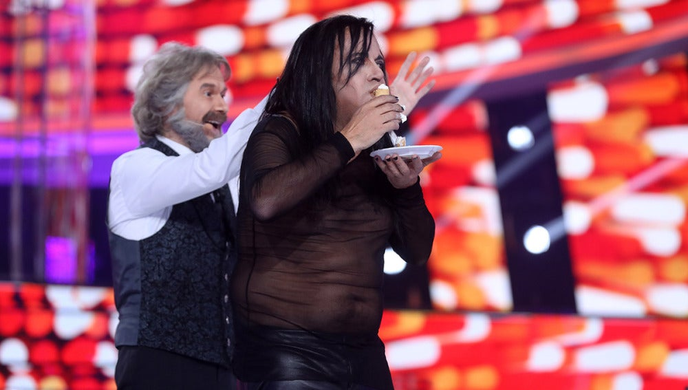 Los concursantes del 'concierto de Año Nuevo' de 'Tu cara me suena' se comen 12 pasteles en lugar de las uvas de Nochevieja