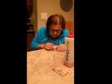 Abuela conversando con un altavoz inteligente