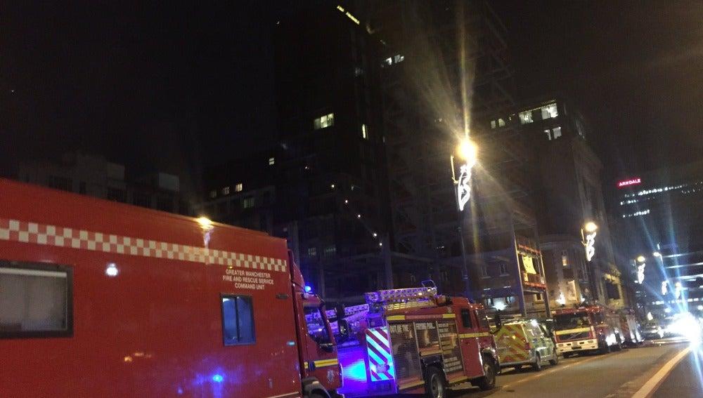 Camiones de bomberos frente al bloque residencial de doce plantas en la ciudad inglesa de Manchester