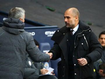 Guardiola saluda a Mourinho
