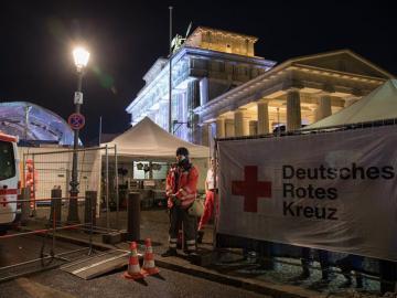 Un punto de Cruz Roja habilitado junto a la Puerta de Brandemburgo