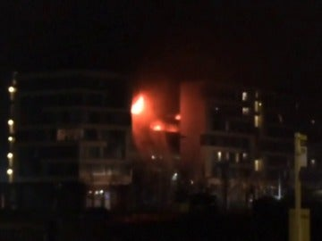 Cientos de coches quedan destruidos en un incendio en un aparcamiento de Liverpool