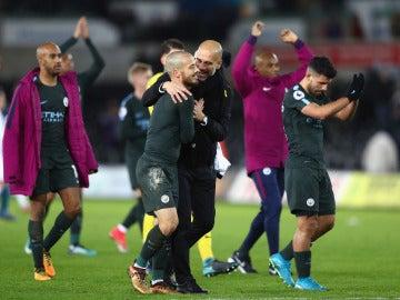 Guardiola abraza a Silva tras un partido
