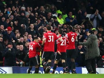 Los jugadores del United celebran con su afición el gol de Martial ante el Everton