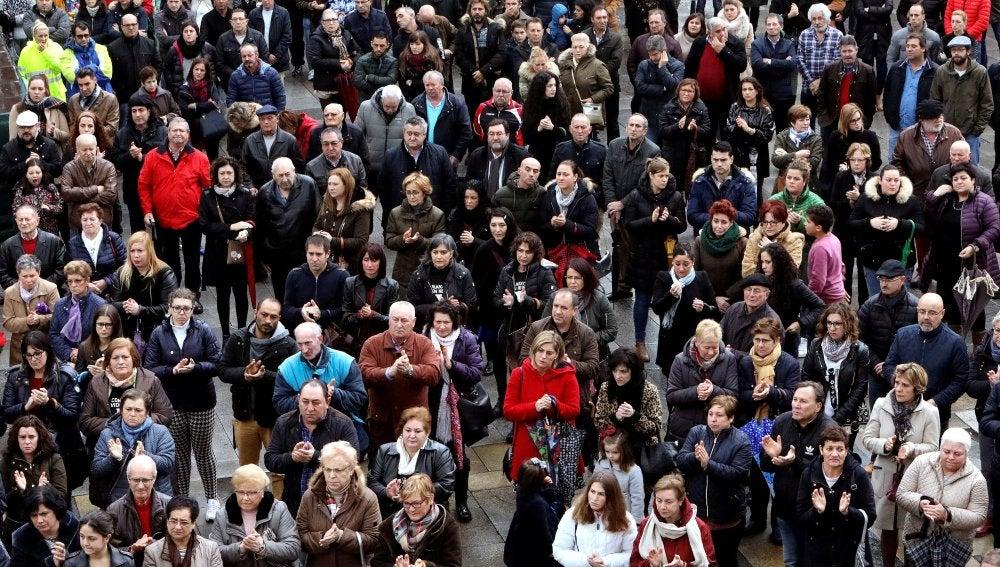 Los vecinos de la localidad coruñesa de Rianxo guardan un minuto de silencio para manifestar su dolor y repulsa por el suceso de la desaparición y muerte de Diana Quer.