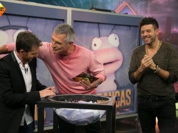 Manolo Sarria lleva la suerte a una persona del público de 'El Hormiguero 3.0'