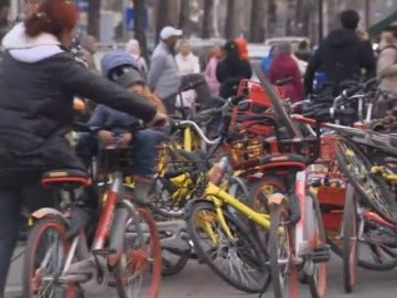 El abandono de bicicletas en China genera un problema medioambiental