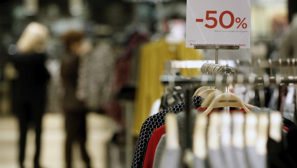 Imagen de archivo de rebajas en la venta de ropa.