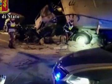 Cinco muertos en la explosión de un camión cisterna en Italia