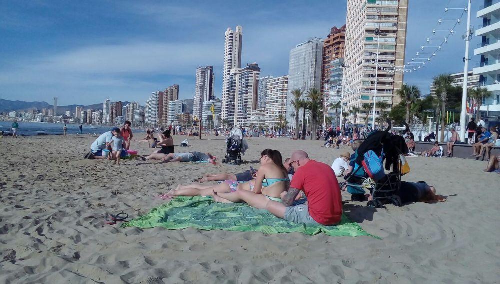 Varias personas disfrutan del calor en la playa de Benidorm