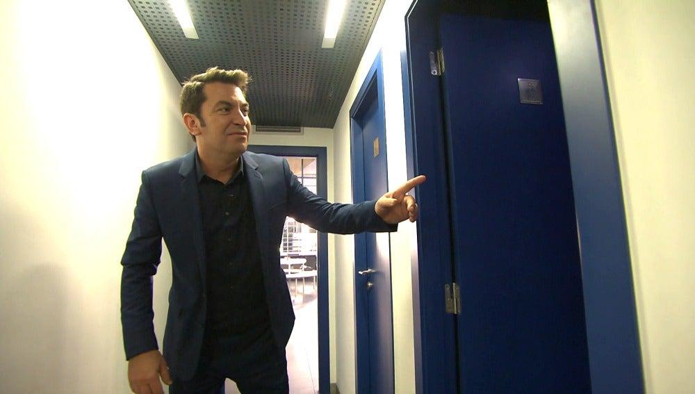 Arturo Valls acompaña a un concursante al baño porque no aguanta más