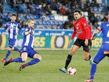 Los jugadores de Alavés y Formentera disputan la posesión del balón