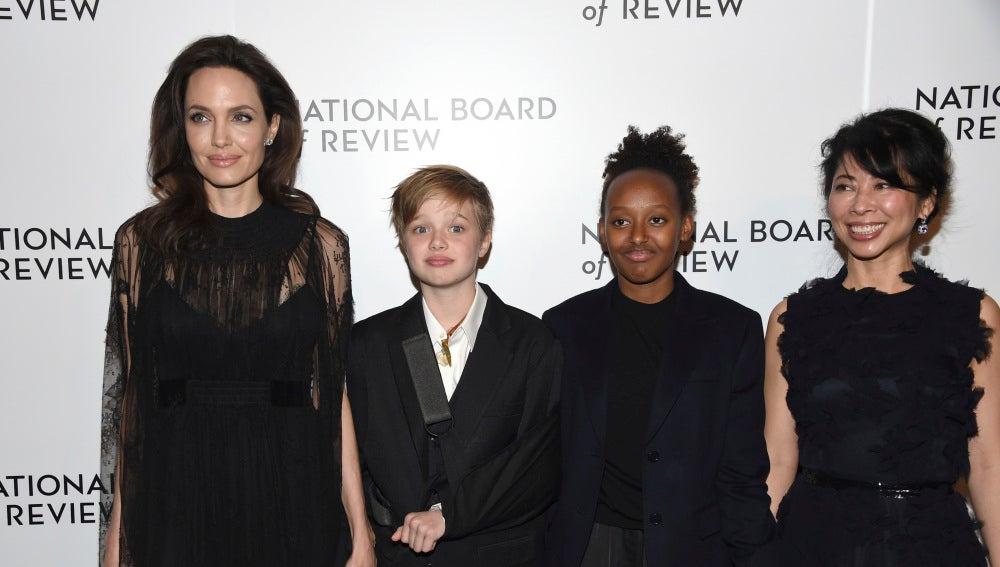 Angelina Jolie junto a sus hijas Shiloh y Zahara