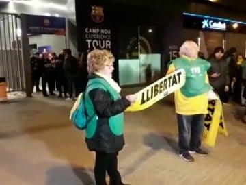 ANC y Òmnium reparten cartulinas por la liberación de los presos en el exterior del Camp Nou