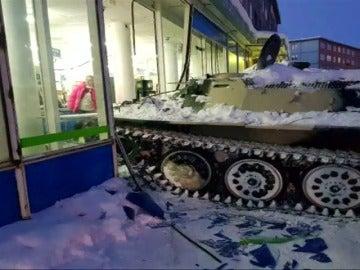 Alunizaje en un supermercado a bordo de un tanque