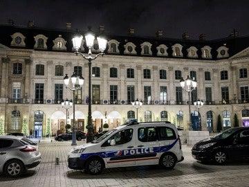 Coches policiales en el hotel Ritz en París