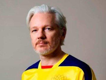 Assange con la camiseta de la selección ecuatoriana
