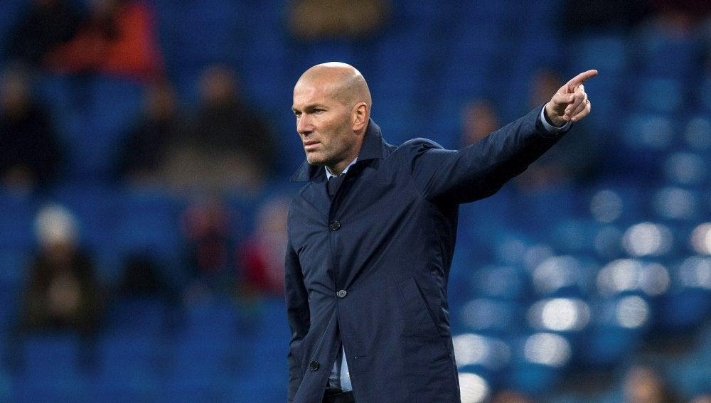Zidane da instrucciones a sus jugadores en el Bernabéu