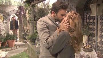 Los labios de Julieta y Saúl vuelven a encontrarse bajo la mirada de Prudencio