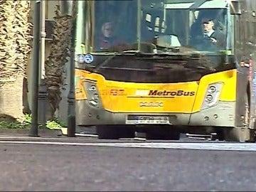 Una mujer de 63 años ha sobrevivido tras ser arrastrada bajo un autobús durante 1 kilómetr