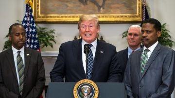 El presidente estadounidense, Donald Trump, pronuncia un discurso junto al presidente del Centro Martin Luther King Jr., Isaac Newton Farris Jr y al secretario de Vivienda y Desarrollo Urbano, Ben Carson
