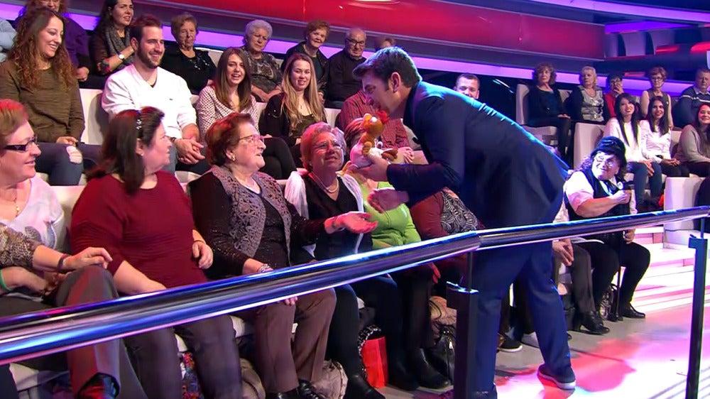 El saludo más 'punky' de Arturo Valls y una persona del público