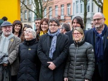 El expresidente catalán Carles Puigdemont posa para una foto de familia con una delegación formada por el grupo parlamentario de JxCat de 25 diputados, en Bruselas