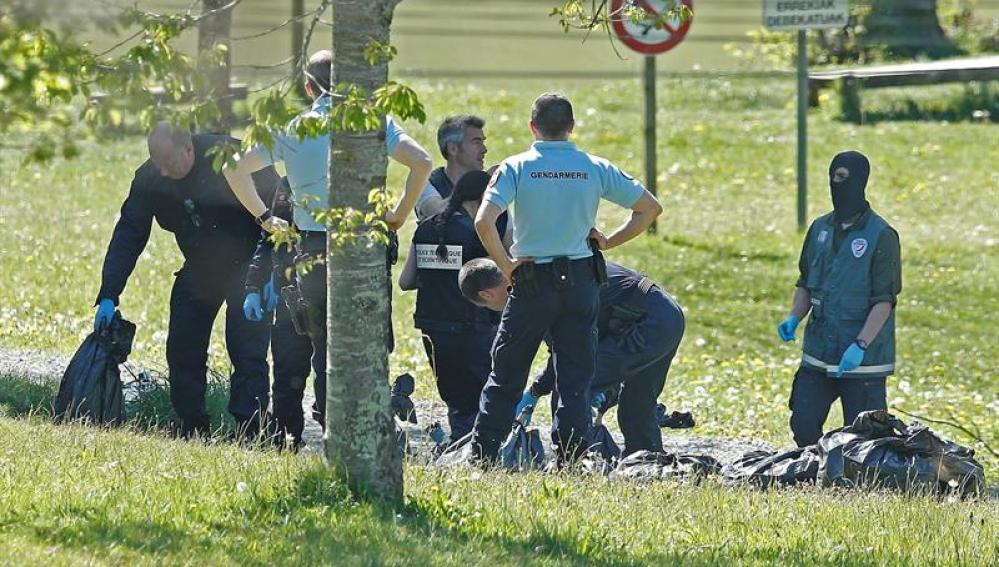 La policía francesa observa las armas encontradas en un zulo