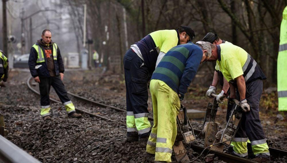 Vecinos y trabajadores de la localidad vizcaína de Muxika limpian los destrozos