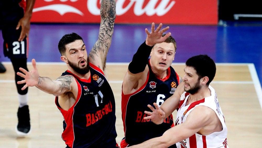 El alero del Olympiacos Kostas Papanikolau, cerrado por la defensa del Baskonia