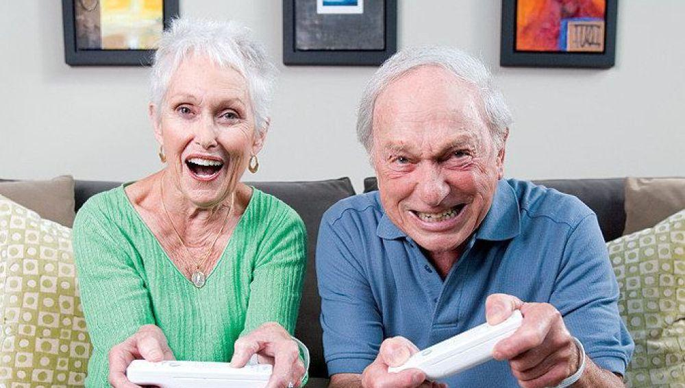 Abuelos jugando a la videoconsola