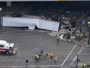 Un camión cae desde un paso elevado y aterriza sobre un coche