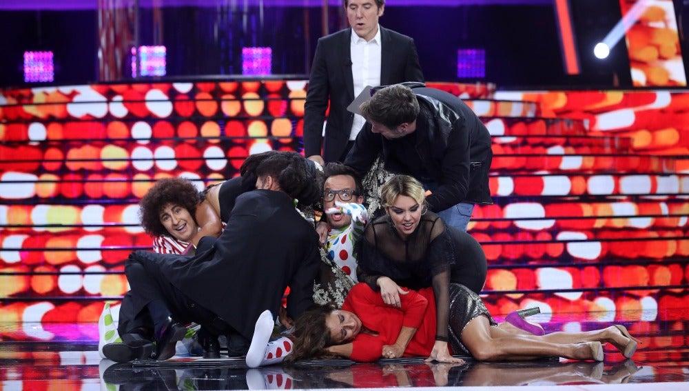 Los concursantes y miembros del jurado de 'Tu cara me suena' se abalanzan sobre Àngel Llàcer