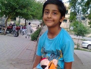 Jonathan, el niño que necesita ser operado tras explotarle una bomba