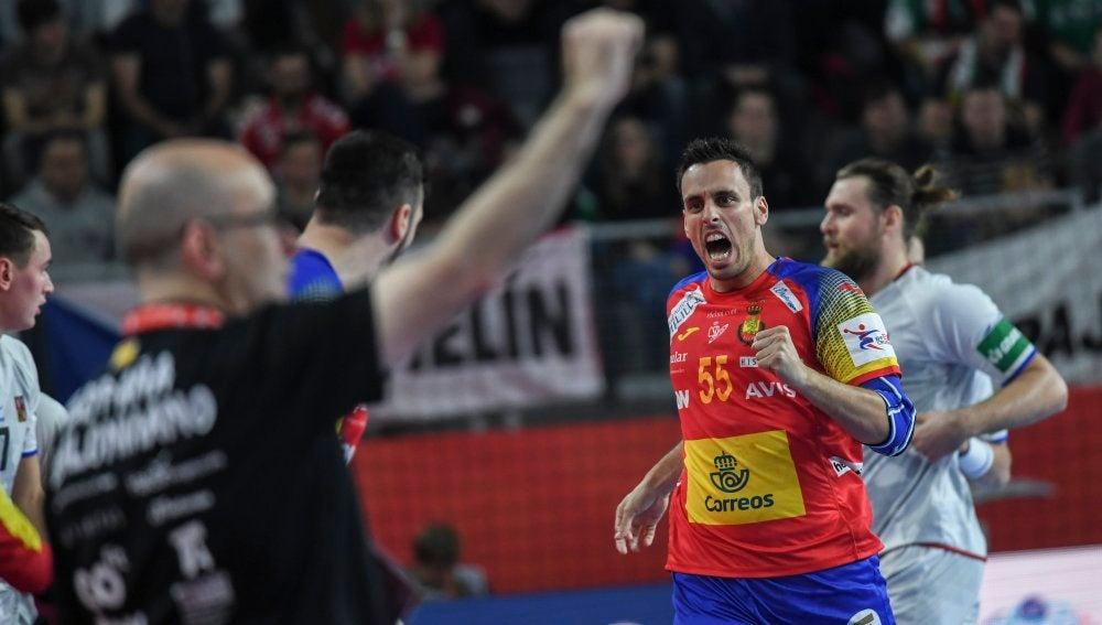 Adrian Figueras celebra una acción ante la República Checa