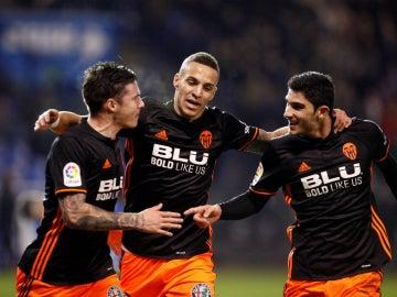Rodrigo, Guedes y Mina celebran un gol