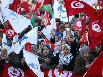 El Presidente tunecino cesa al primer Ministro y suspende el Parlamento