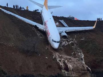 El avión que quedó atrapado en una ladera