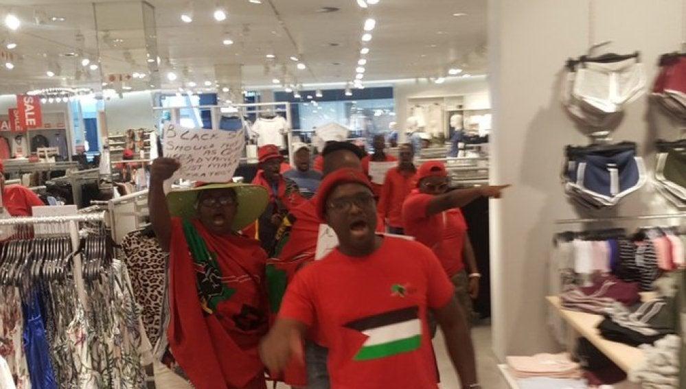 Protestas en tiendas de H&M en Sudáfrica