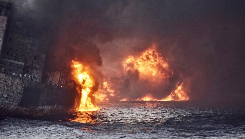 El petrolero iraní en llamas