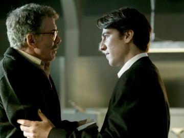 Miguel entrega a su padre el dinero que consiguió en el atraco