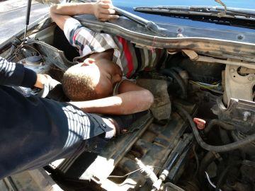 Uno de los inmigrantes ocultos en el coche