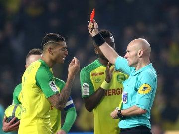 Tony Chapron muestra la tarjeta roja a Diego Carlos