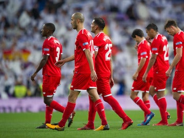 Los jugadores del Sevilla se retiran del Santiago Bernabéu