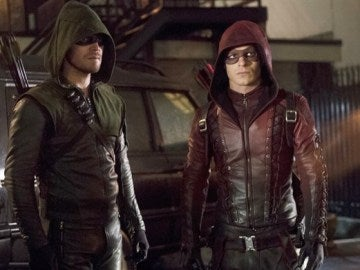 Colton Haynes y Stephen Amell en 'Arrow'