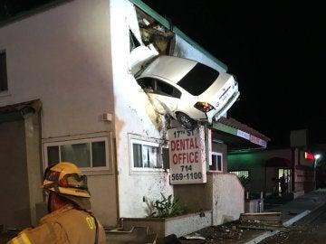 Un coche se empotra contra un segundo piso