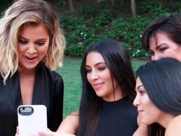 Khloé, Kim y Kourtney Kardashian junto a su madre Kris Jenner